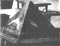 Копия БенБена Аменемхета III. Он относится к приблизительно 1850 году до н.э. и некогда стоял на вершине одной из пирамид Дашура