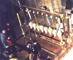 Иерусалим. Церковь Гроба Господня. Вид со стороны Голгофы на место, где лежал Христос.