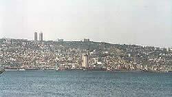 Израиль. Хайфа. Вид на гору Кармель. Наверху видны корпуса Хайфского Университета