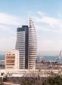 Израиль. Хайфа. Одно из новых административных зданий. Рядом - здание муниципалитета