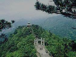 Древний храм на вершине холма