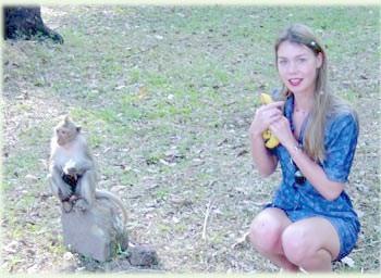 Обезьяна и турист наслаждаются жизнью в Ангкоре