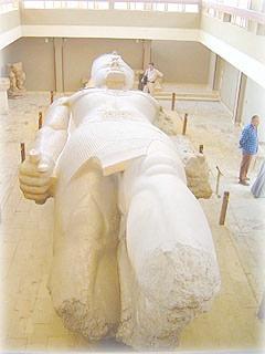 Статуя Рамзеса II в Мемфисе