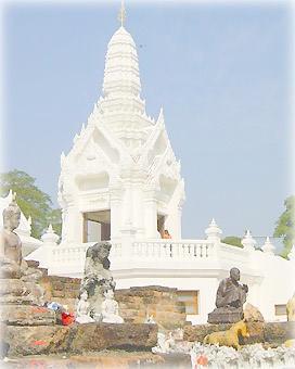 На развалины старого храма приносят статуэтки богов и слонов